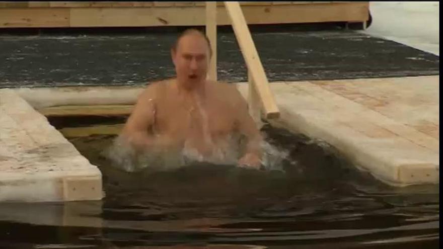 Putin toma el tradicional baño de aguas heladas de la Epifanía