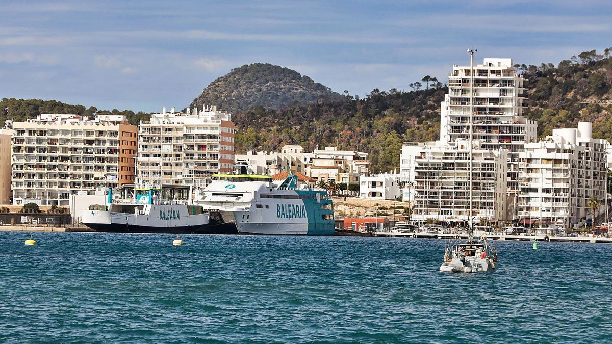 Barcos amarrados al dique del puerto de Sant Antoni.