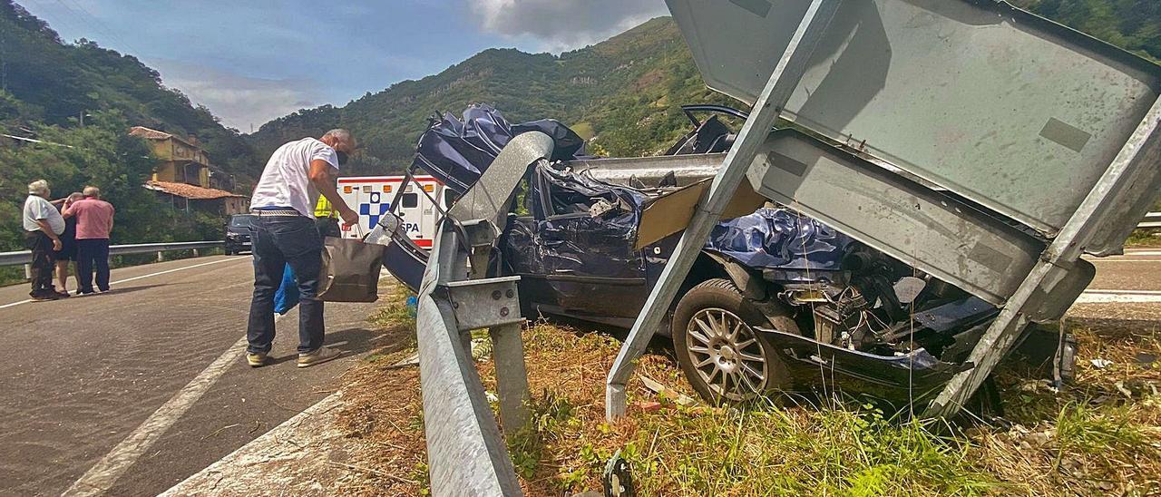 Estado en el que quedó el vehículo tras el accidente, en el acceso a la localidad de La Estrada.   C. M. B.