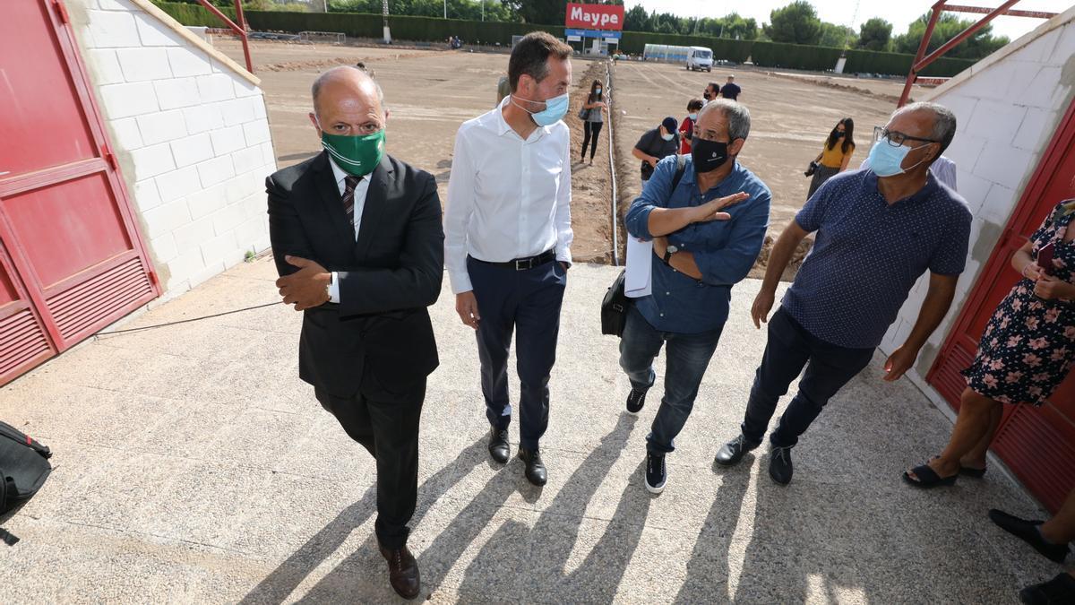 El presidente del Elche, Joaquín Buitrago, junto al alcalde, Carlos González, y el concejal de Deportes, Vicente Alberola, este martes, durante la visita al campo Díez Iborra