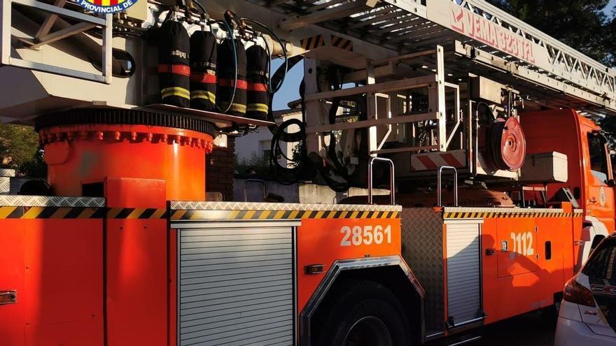 Un incendio en la mediana de la A-4 obliga a los bomberos a repostar agua en la prisión