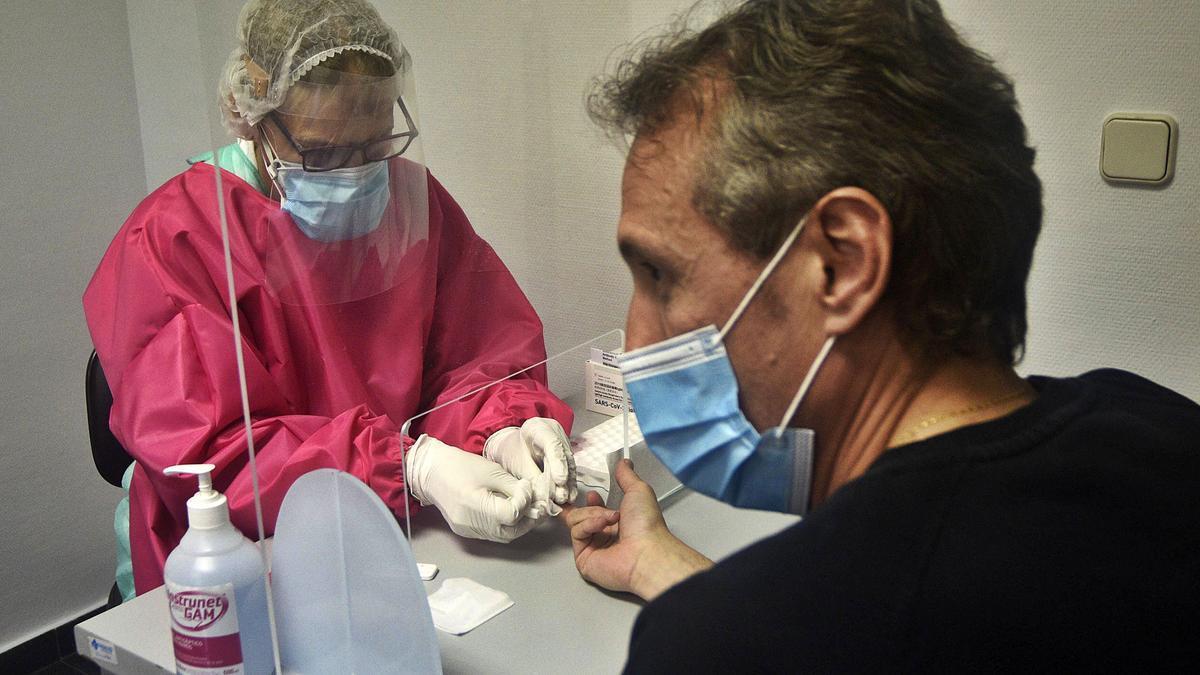 Realizan una prueba rápida a un paciente.