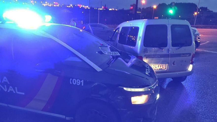 Una gijonesa con intenciones suicidas embiste a la Policía y deja a dos agentes heridos