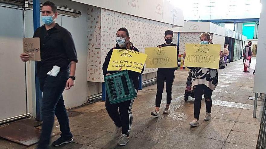 Los autónomos llevan la protesta a la plaza de abastos de La Felguera