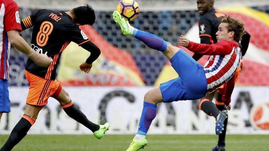 El Atlético aplasta al Valencia para agarrarse a la cuarta plaza