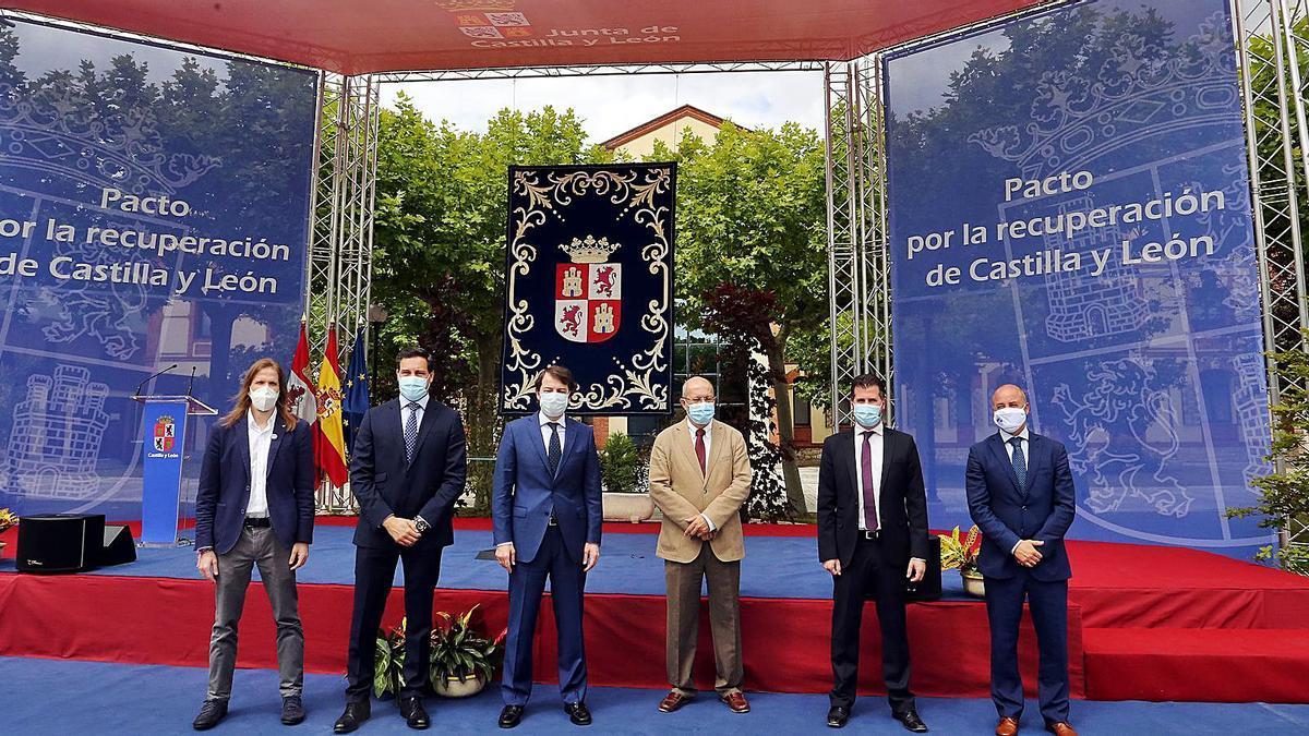 El presidente Alfonso Fernández Mañueco, junto al vicepresidente Francisco Igea, en la firma del Pacto por la recuperación, con los portavoces parlamentarios. | |  ICAL