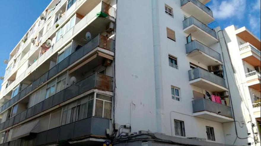 Muere un joven tras precipitarse de un séptimo piso en Ibiza