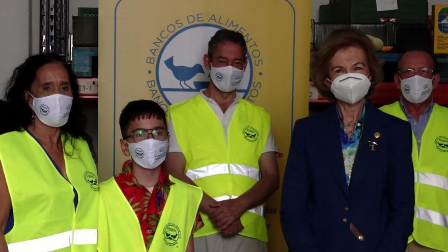 La reina Sofía visita en Arrecife el anexo del Banco de Alimentos
