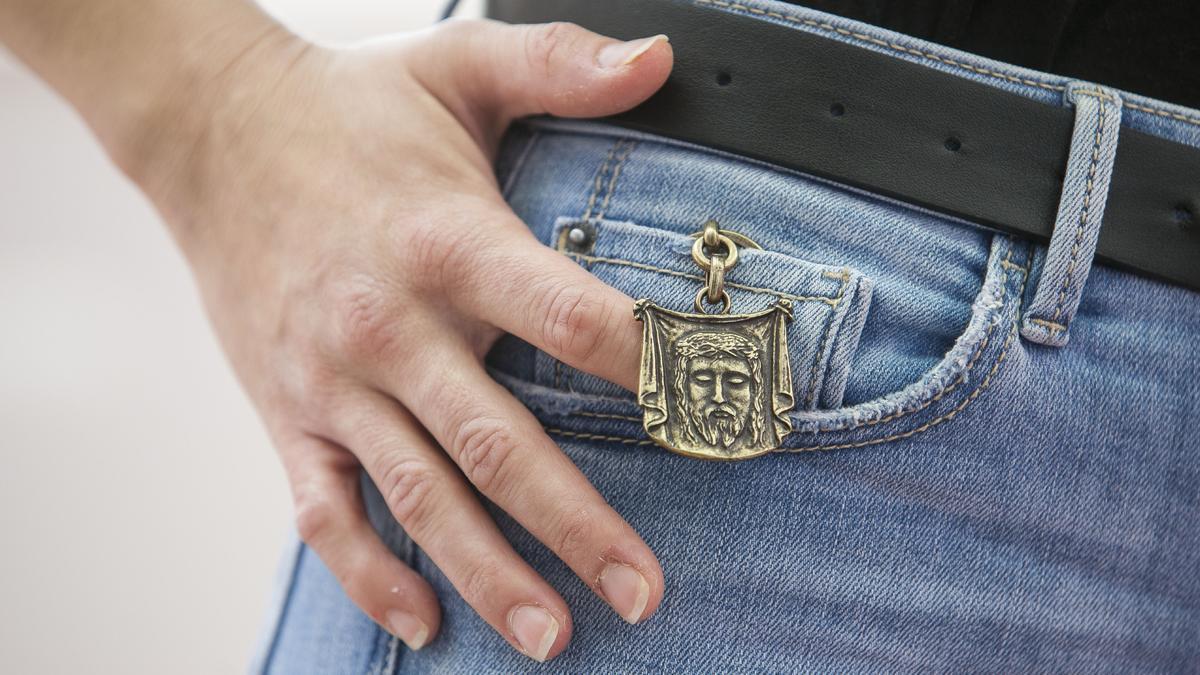 Llavero conmemorativo con la imagen de la Santa Faz, que se entregará gratis con el ejemplar del día.