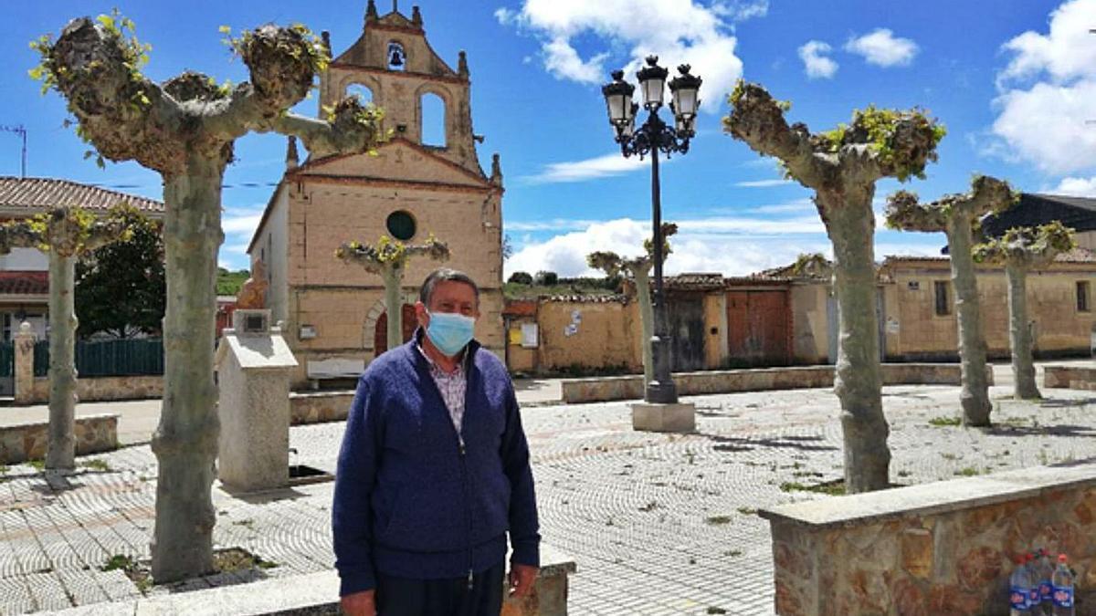 El alcalde, delante de la plaza de Villaveza de Valverde, que va a ser remodelada.   Marta Frechilla