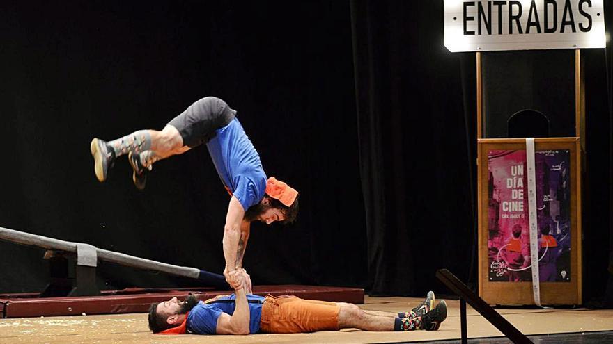Los benaventanos disfrutan en familia de un divertido espectáculo de malabares y acrobacias en el Teatro Reina Sofía de Benavente