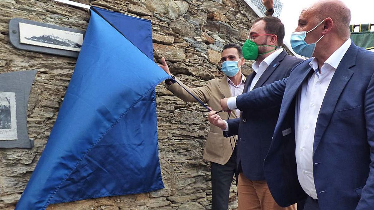 Manuel Álvarez-Buylla, Adrián Barbón y Francisco Javier Vinjoy descubren el mural que recuerda el inicio de la obra del paseo. | D. Álvarez