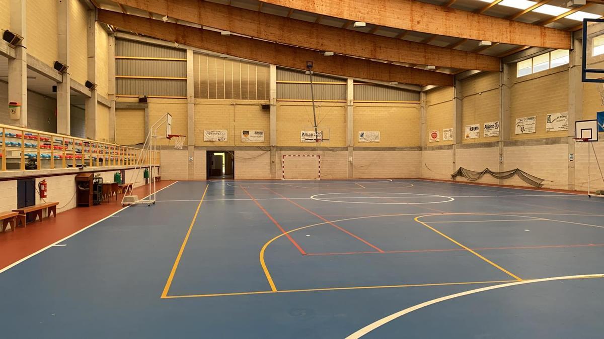 Una vista de las instalaciones interiores del pabellón deportivo de Cerdedo, en la que se aprecia parte de la cubierta.