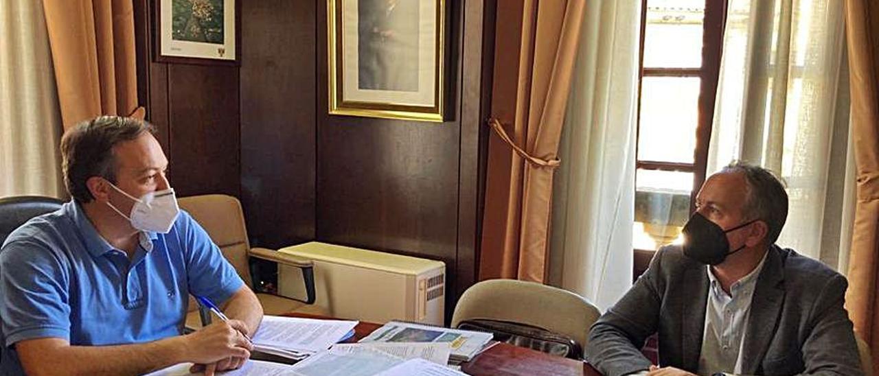 Alejandro Vega (a la izquierda), durante la reunión mantenida con Fernando de la Torre. | R. O. P.