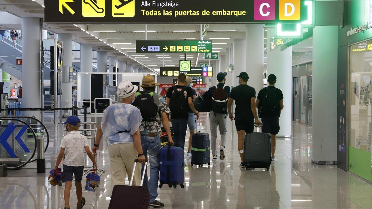 Pasajeros llegan al aeropuerto de Palma de Mallorca.