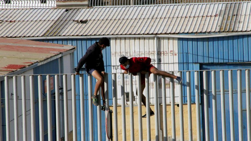 Se fugan en Ceuta más de 50 menores marroquíes para evitar su repatriación