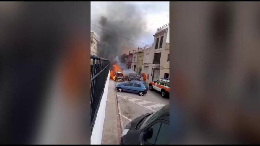 Espectacular incendio de tres coches en Tavernes