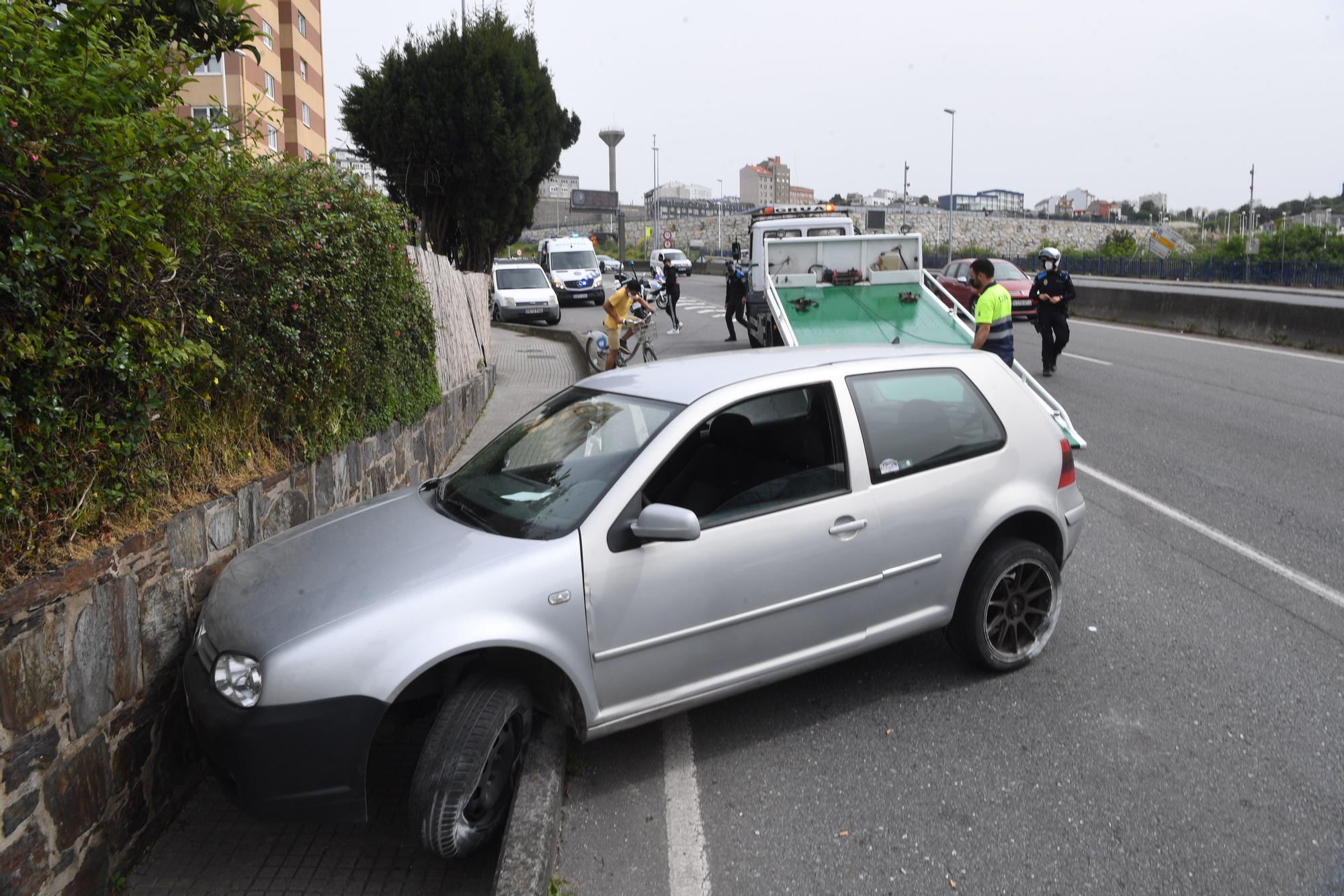 Un coche se estrella contra un muro en el Barrio de las Flores tras atravesar tres carriles