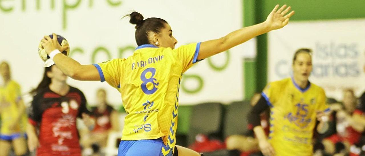 Paula Valdivia, autora del tres goles para el Rocasa, se eleva para realizar un lanzamiento en el partido de ayer.