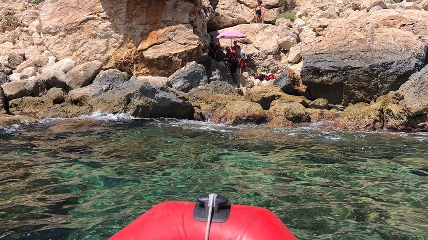 Rescatan a una bañista de 56 años que se precipitó desde 2 metros en la cala de Ambolo de Xàbia