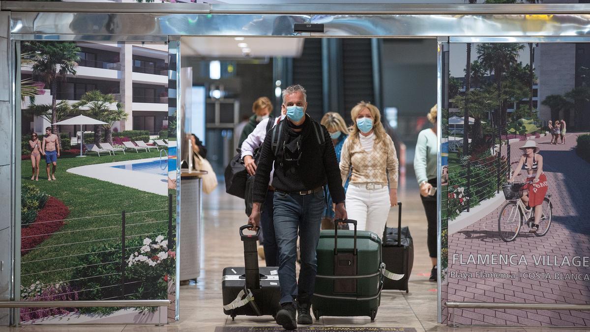 Llegada de turistas al aeropuerto de El Altet