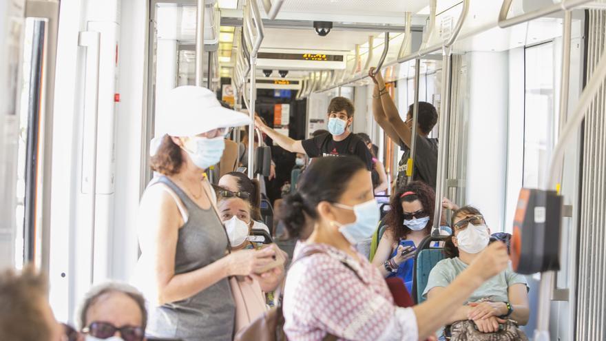 Mil quinientos sanitarios viajan gratis en el TRAM con 32.000 viajes hasta el momento