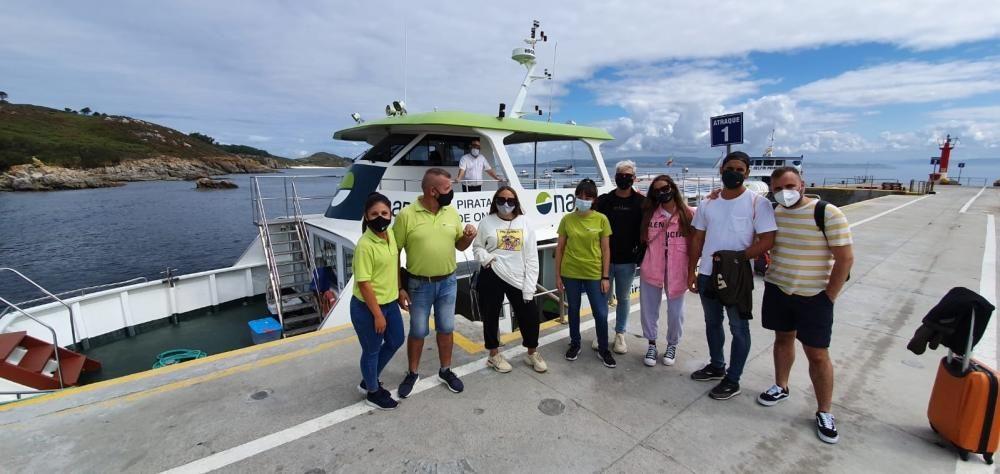 Gloria Camila y Rocío Flores tomaron esta mañana el barco a Ons