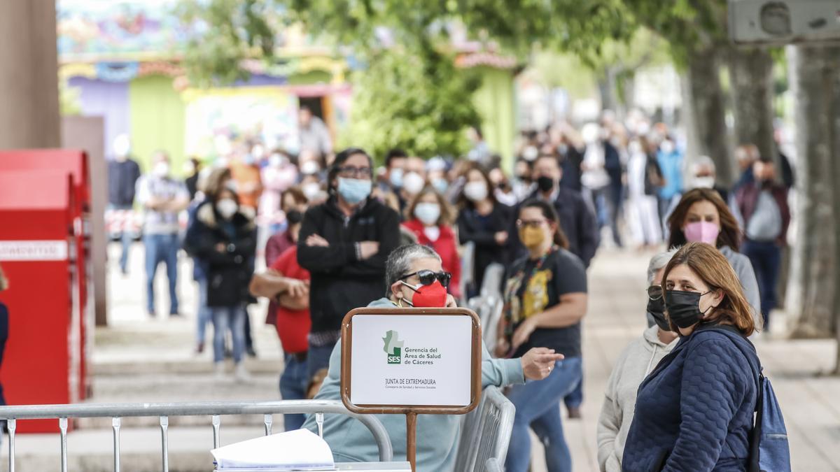 Personas esperando para vacunarse en el palacio de congresos, en una fotografía de archivo.