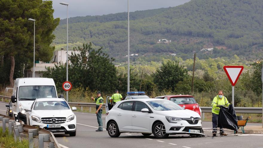 Dos conductoras heridas al chocar dos coches en Ibiza