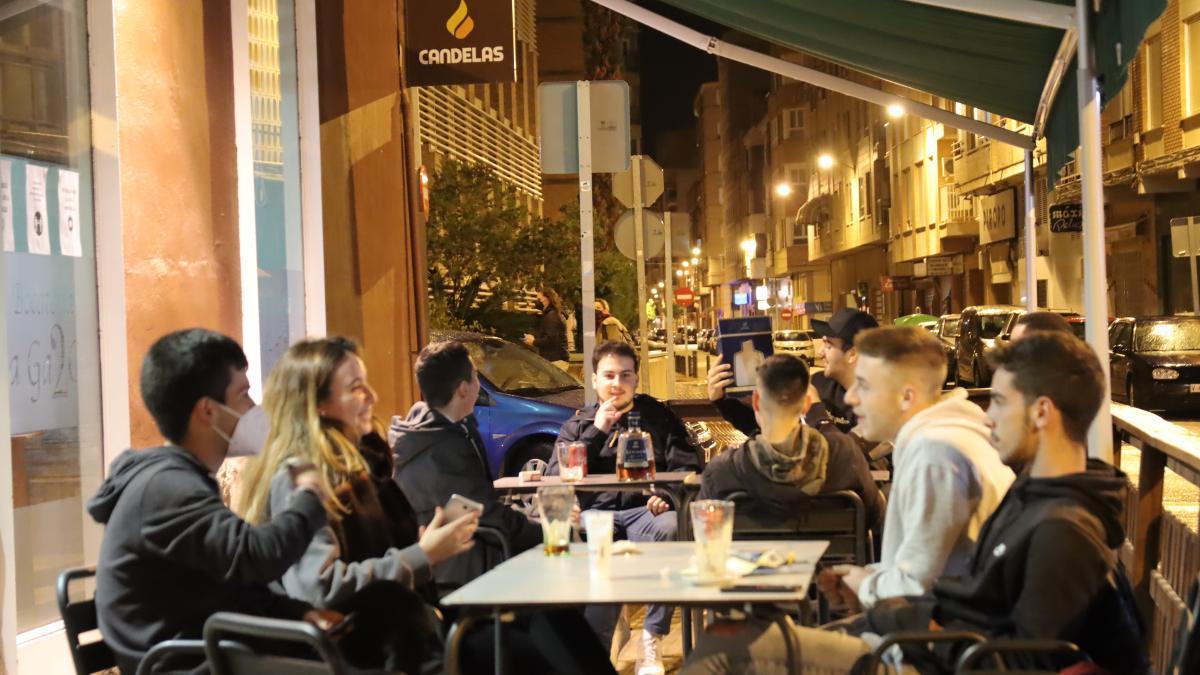 Unos jóvenes, en una céntrica terraza de Castelló, anoche. / DAVID GARCÍA