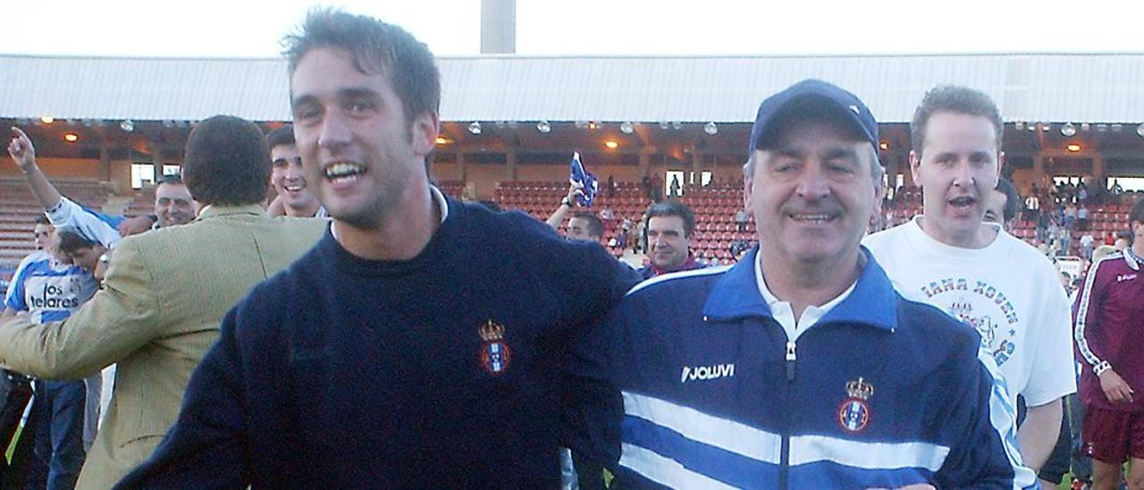 José Alonso y Xiel celebran el ascenso del Avilés en el campo de San Lázaro.