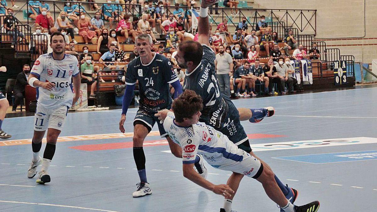 Un lance del último partido de liga disputado por el Cangas contra el Cisne en O Gatañal.