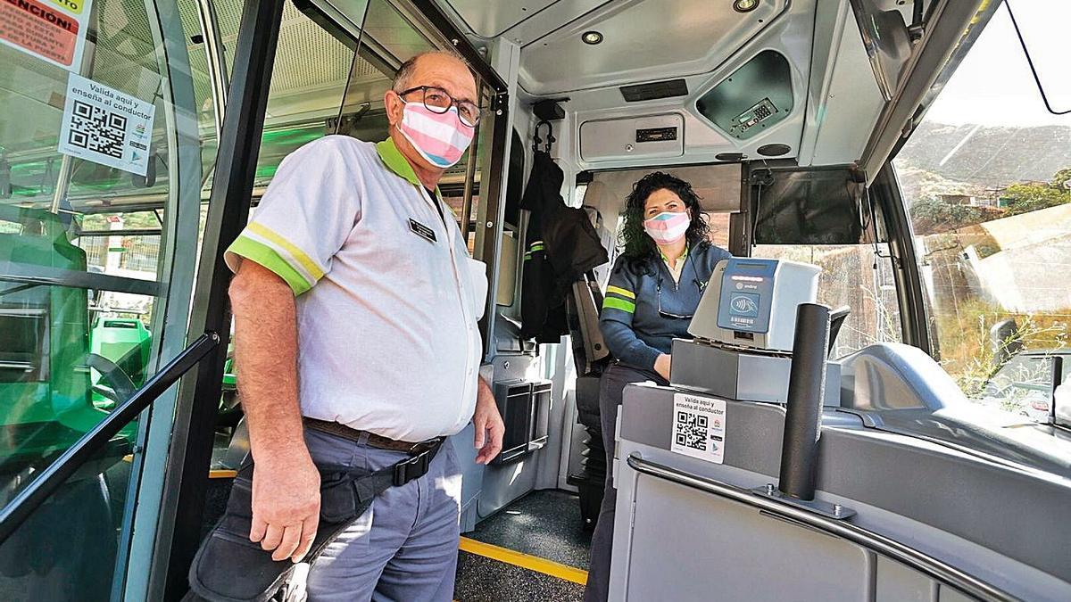 Dos conductores de Titsa con las mascarilas alusivas al Día de la Visibilidad Trans en la parada de Muelle Norte.