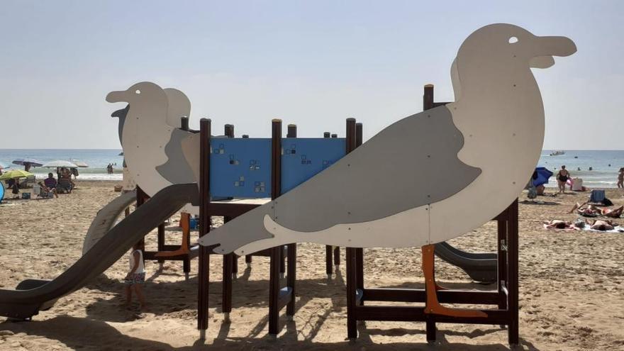 El Ayuntamiento remodela los juegos infantiles en la playa del Postiguet