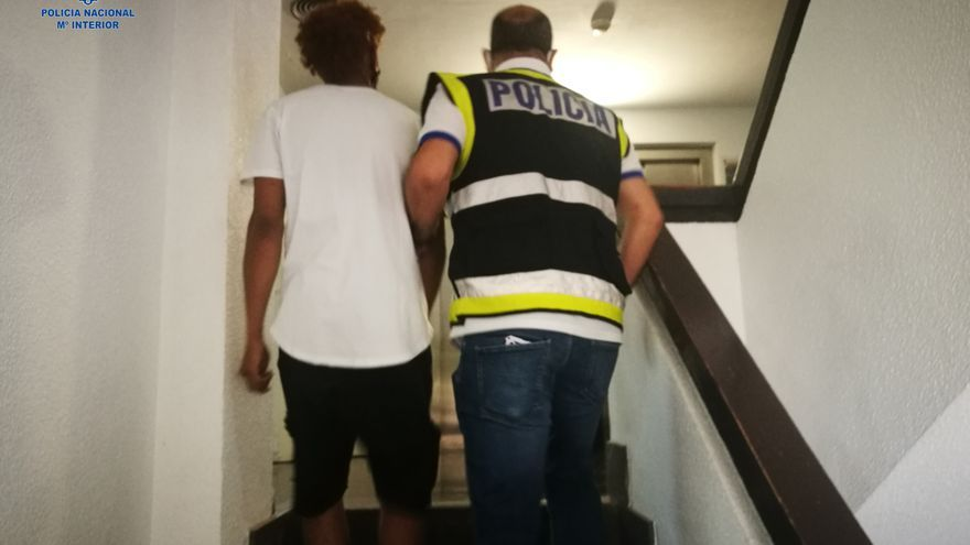 Detenidos por atacar con botellas rotas a unos policías para intentar evitar un arresto