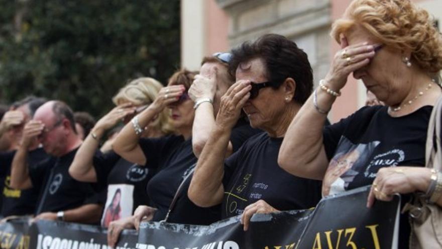 Las víctimas del metro se tapan los ojos para pedir «justicia ciega»