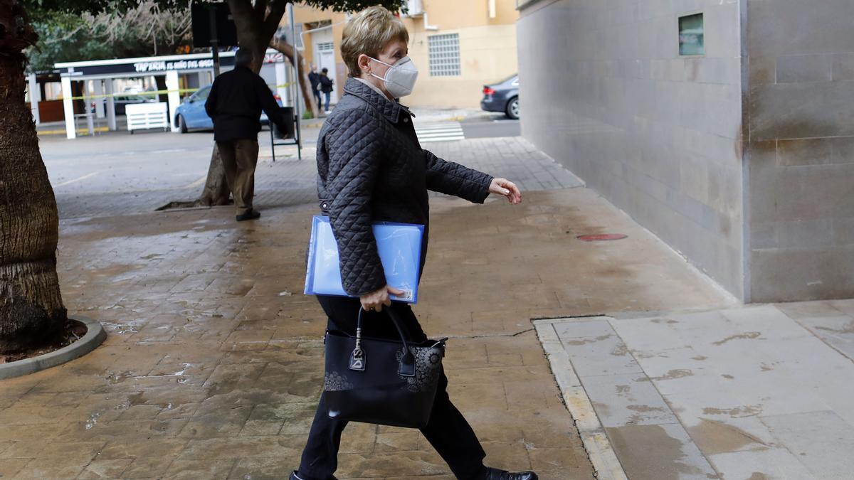La alcaldesa del Puig entrando a los juzgados, esta mañana