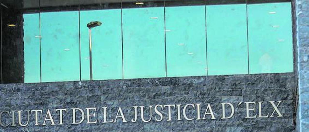 Acceso principal a la Ciudad de la Justicia de Elche, donde tiene su sede la Audiencia.   ANTONIO AMORÓS
