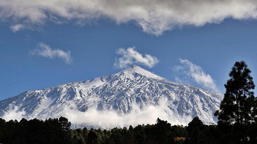 Aspecto que presentaba ayer el Teide, ayer, visto desde el municipio de La Guancha.