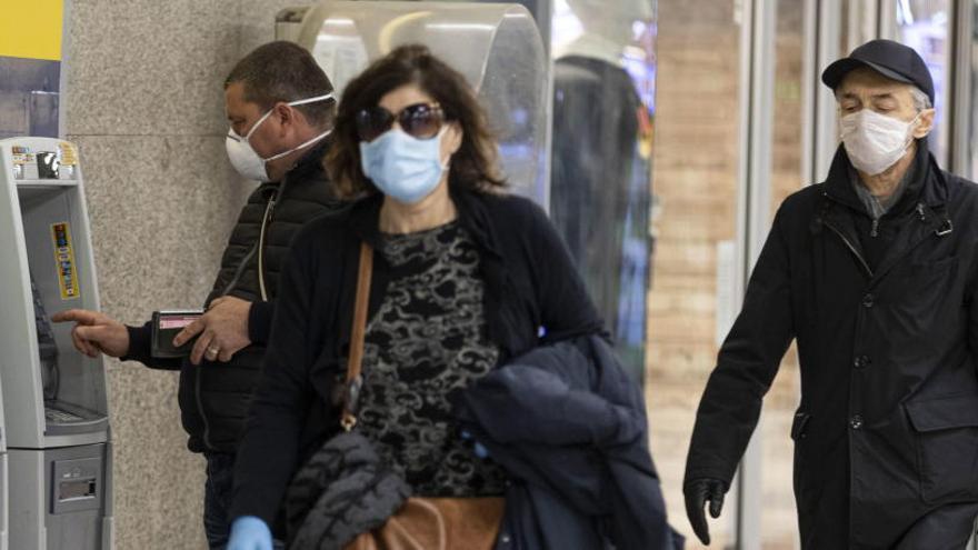 Varias personas con mascarillas en Roma.