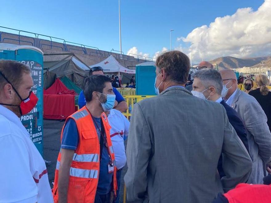 Visita del ministro Grande-Marlaska al puesto de Cruz Roja en el Muelle de Arguineguín