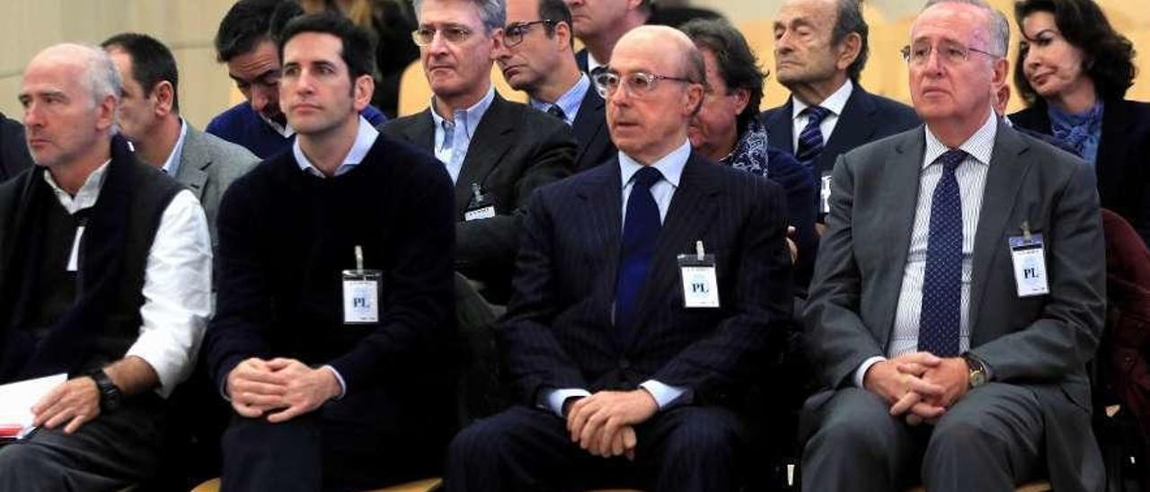 El antiguo presidente del grupo Pescanova, Manuel Fernández de Sousa (d.), en el banquillo junto a los máximos responsables de la empresa entre 2009 y 2013. // Efe
