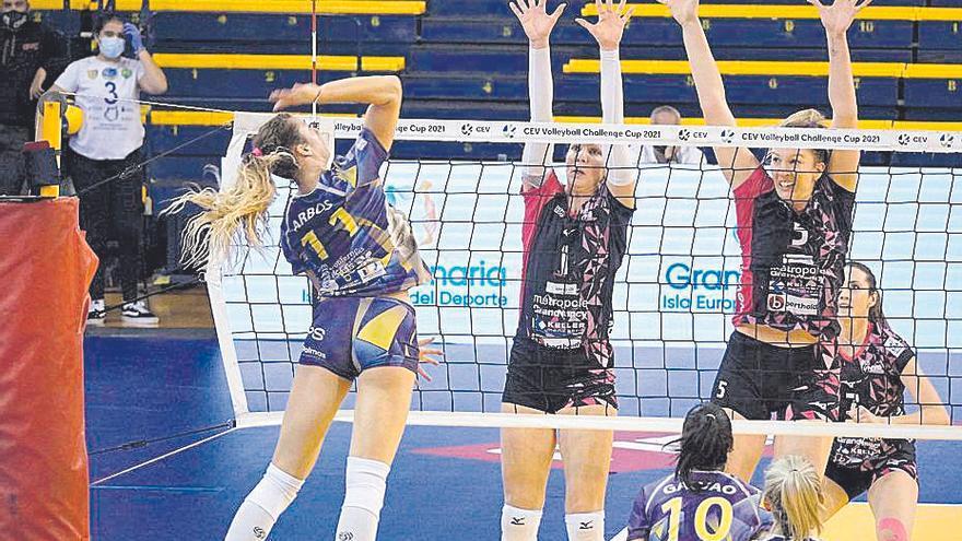 Lisa Arbos, del CCO 7 Palmas, remata ante el bloqueo de dos rivales