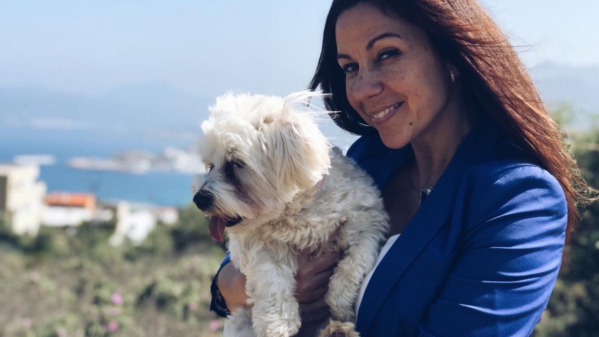 La regidora Núria Escarpanter, amb el seu gos Coco.