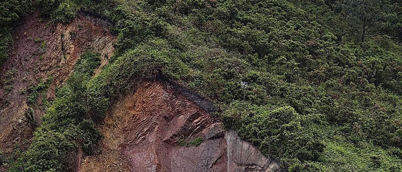 El argayo del monte Fuxa, con la casa desalojada a la izquierda, en el año 2013.   Miki López