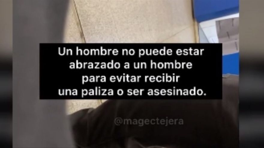 Un segurita en Canarias pide a un chico que no muestre su cariño por un joven en público