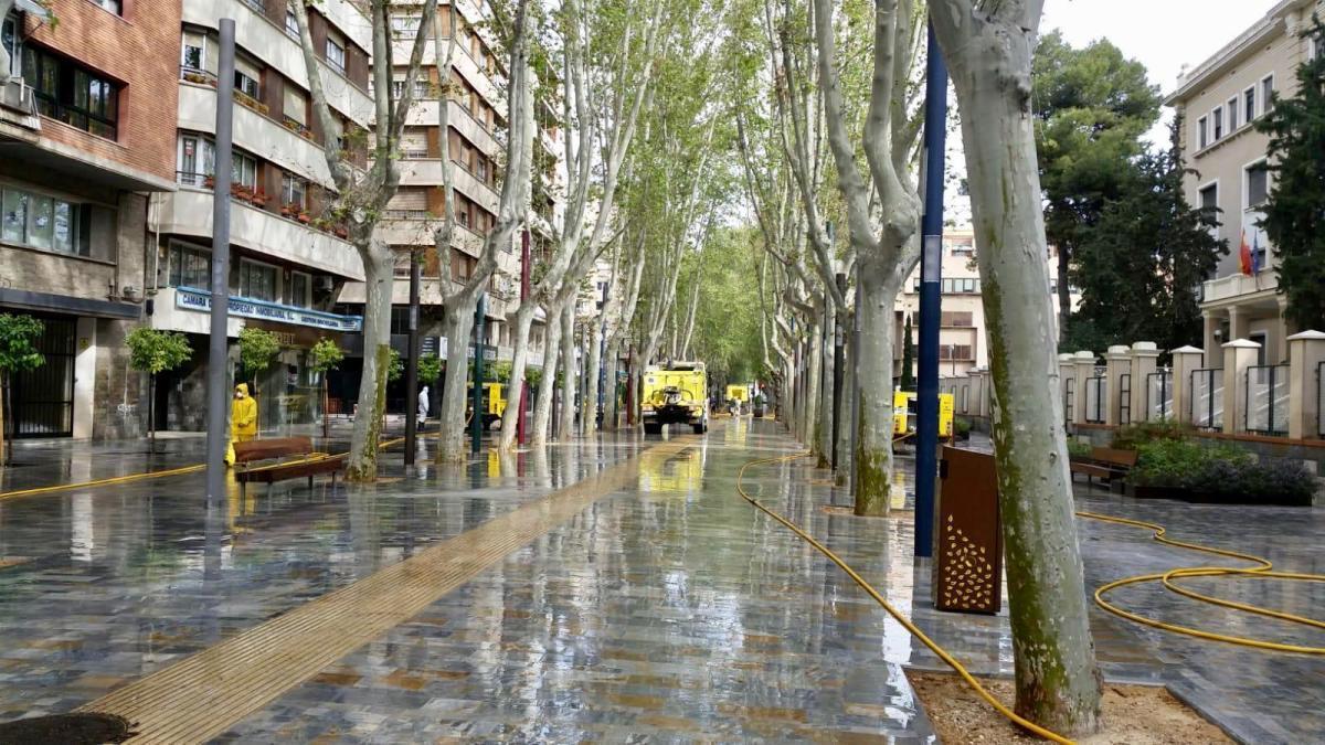 Calles y comercios vacíos en el centro de Murcia.
