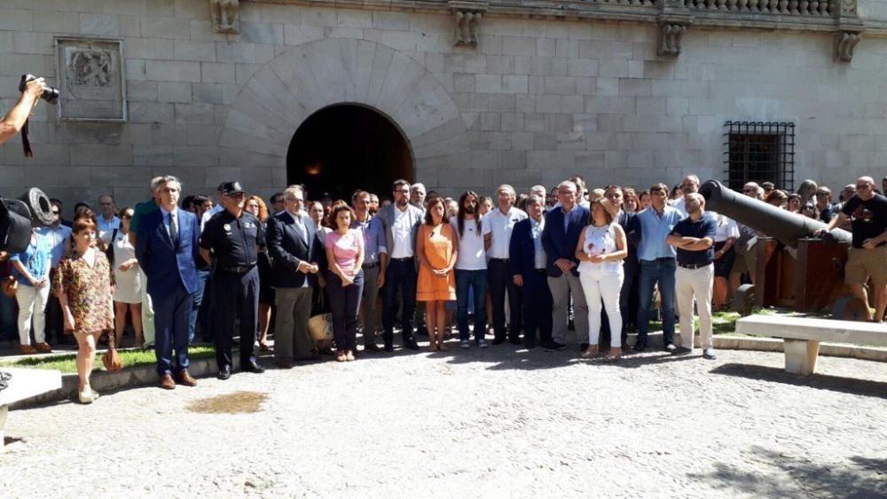Überall auf Mallorca wurden am Freitagmittag (18.8.) Schweigeminuten abgehalten, um der Opfer des Attentats von Barcelona zu gedenken.