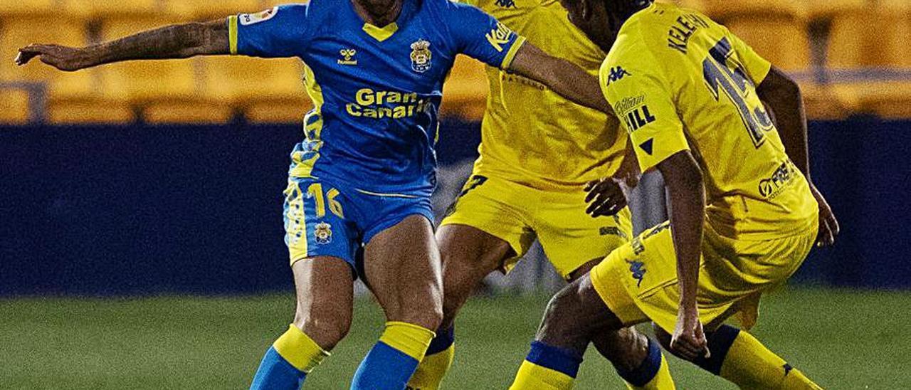 Pejiño trata de meterse entre dos jugadores del Alcorcón, el sábado.     LOF