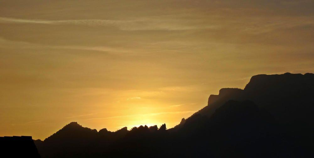El sol traient el cap per sobre Busa, al Solsonès